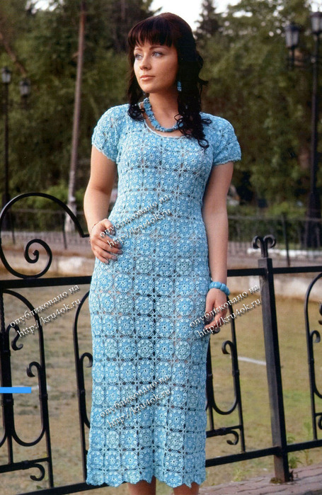 Голубое платье, связанное крючком.