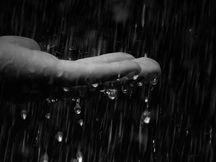 дождь_капли_рука (700x525, 52Kb)