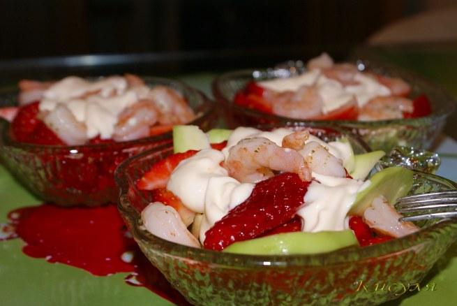 Читать дальше 'Салат-коктейль с авокадо, клубникой и креветками'