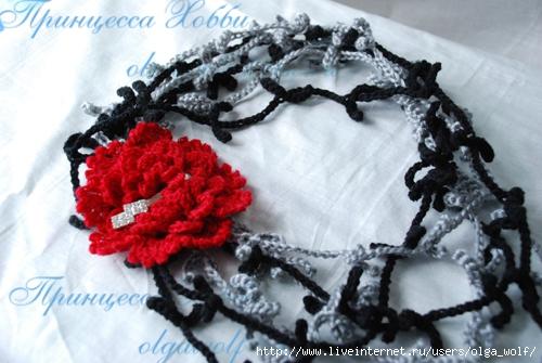 Две длинные вязаные нитки, то ли бусы, то ли шарф, соединенные розой на...