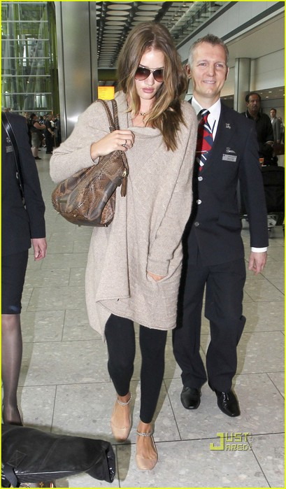 rosie-huntington-whiteley-heathrow-airport-02 (409x700, 84Kb)