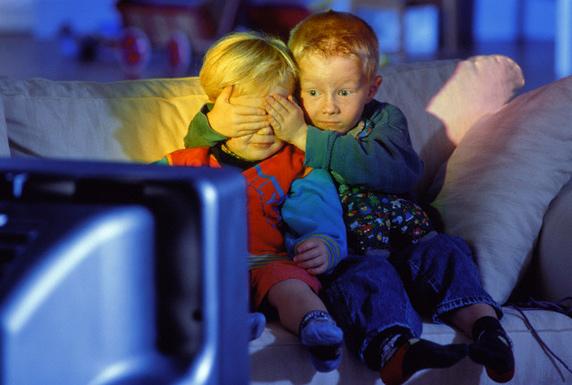 ребенок смотрит телевизор/4171694_detki (572x385, 96Kb)