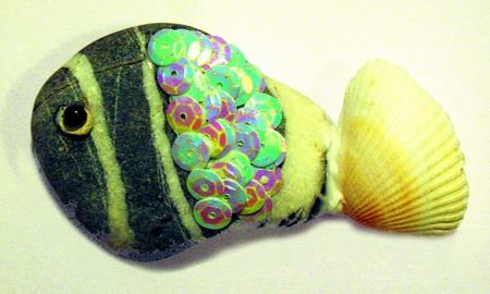 4.клей ПВА.  2.ракушка кардиума, черная бусинка.  1.плоский морской камень серого цвета с белыми полосами.