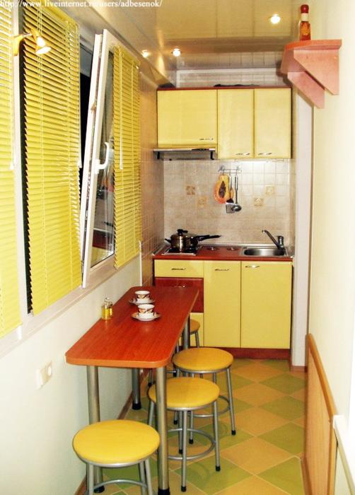 Смотрите какая идея.  Кухня вынесена на лоджию, в кухне - маленькая комната, которую можно использовать как столовую...