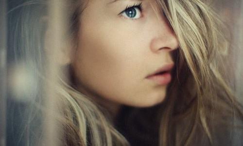 Показать... синие глаза не отражают небес. они и есть - небо. я...