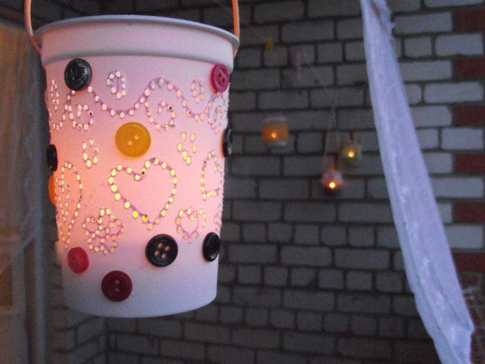 Как сделать фонарь из пластиковых стаканчиков6