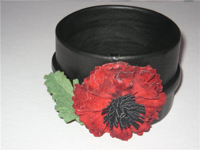 Здесь попробовала сделать цветок из кожи из тех же полукругов.Из бумаги...