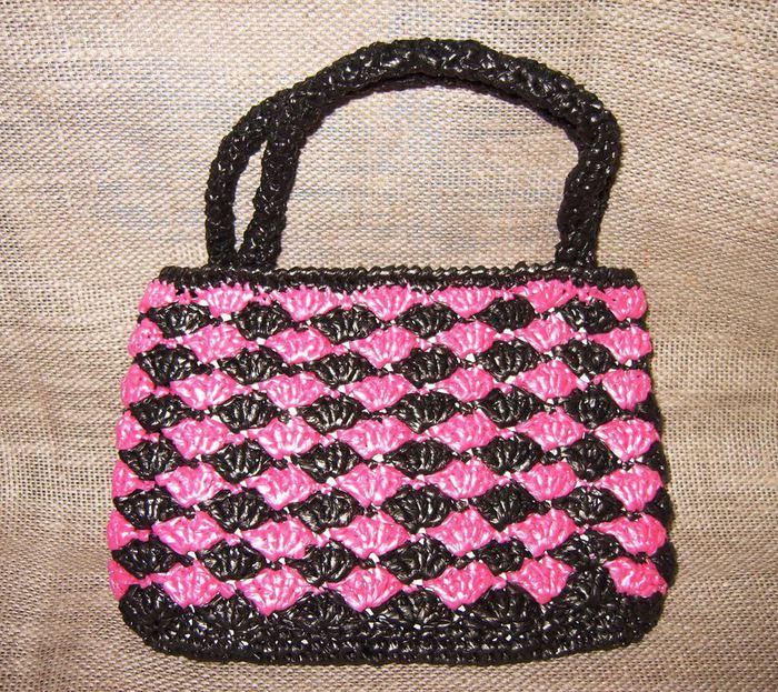 Вот такую сумочку можно связать из пакетов по прилагаемой схеме. .  Я связала ее двухцветной. .  Размер...