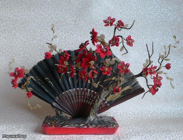 сакура с веером из бисера, также сакура из бисера на Сакура цветущая из бисера с веером.