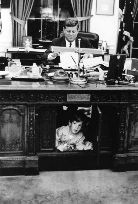 JFK and JFK Jr Oval Office Desk PX 65-105227 (473x700, 54Kb)