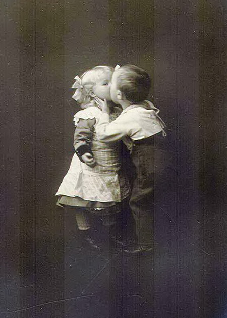 First-Kiss-young-boy-and-girl-kissing-Pictures-postcards (450x630, 93Kb)