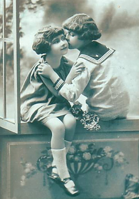 Picture-postcard-Two-young-girls-kissing-wearing-sailor-uniform (450x644, 90Kb)