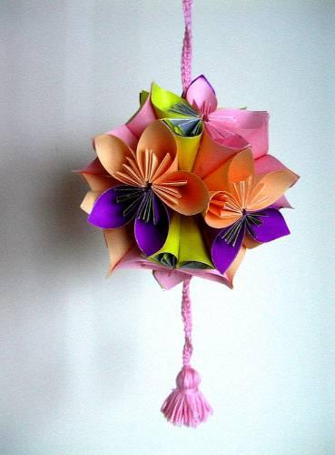 Шар на елку из бумажных цветов