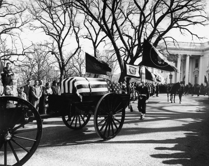 46214305_Kennedy_funeral_procession_leaves_White_House_25_November_1963 (700x557, 275Kb)