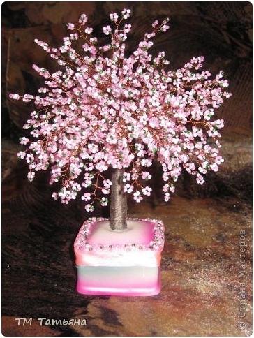 Еще интереснее дерево из бисера сакура будет смотреться, если взять розовый бисер двух размеров - один крупнее...