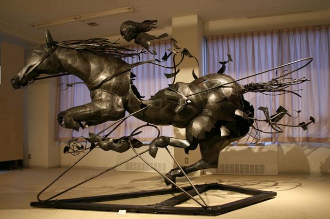 ...создает причудливые скульптуры из стали.