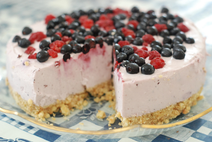 4453387_4886228260_20919364c1_jogurtitort_mustikate_ja_vaarikatega_yoghurt_cake_with_blueberries_and_raspberries_L (700x469, 152Kb)