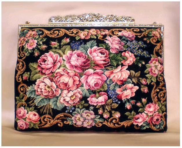А вот с этой сумочкой я когда-нибудь пойду на бал.  Буду одета в черное...
