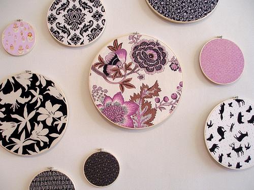 Если умеете вышивать - оставляете свои работы в пяльцах и на стену.