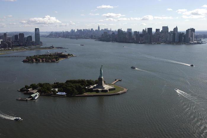 гавань Нью-Йорка со Статуей Свободы в центре островом Эллис и Манхэттеном справа  STAN HONDA AFP Getty Images (700x466, 39Kb)