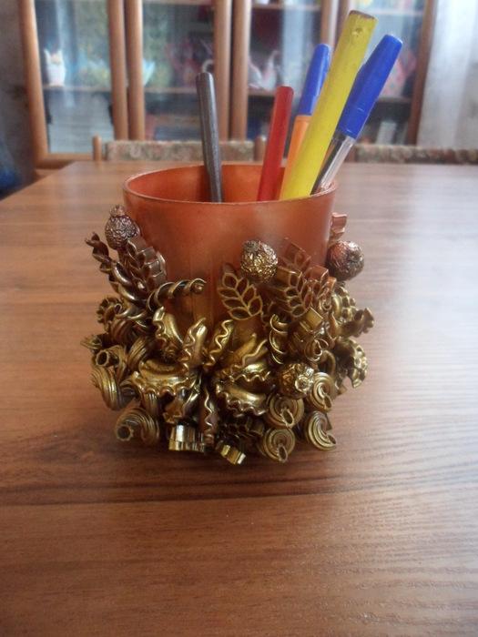карандашница. декор. макароны.  Оригинальную карандашницу можно сделать из пластмассового стакана и горсти фигурных...