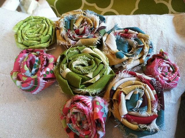 rosette flowers on pillow (640x478, 133Kb)
