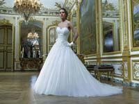 ...выбор центрального объекта всеобщего внимания - свадебного платья.