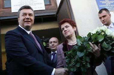 Янукович без жены (380x250, 33Kb)