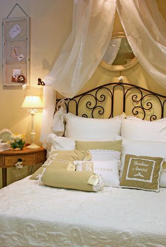 Стиль Прованс всячески украшает кровать.  Во-первых, сама форма - это...