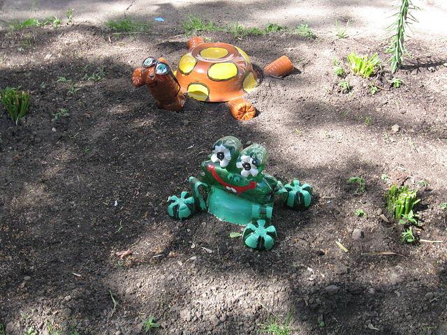 Лягушки из бутылок для сада