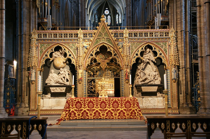 The Quire screen with monuments to Sir Isaac Newton (left) and James, Earl Stanhope (right), (700x465, 291Kb)