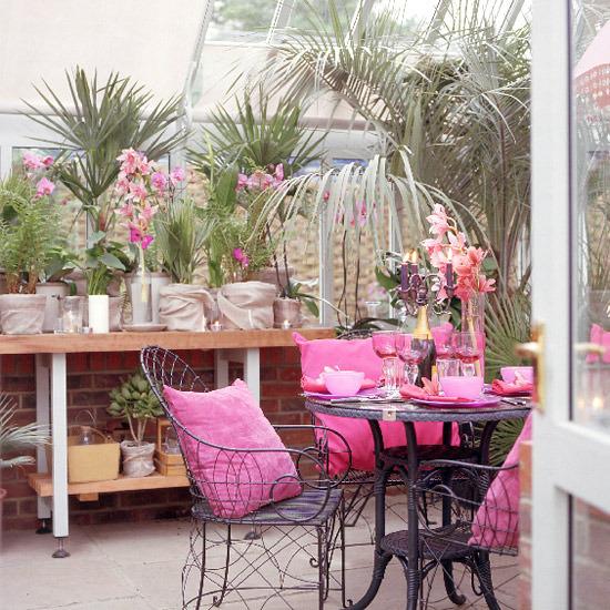 Чтобы ваш цветник приобрел заманчивый шарм Средиземноморского побережья, можно оформить его розовой бугенвиллей в...