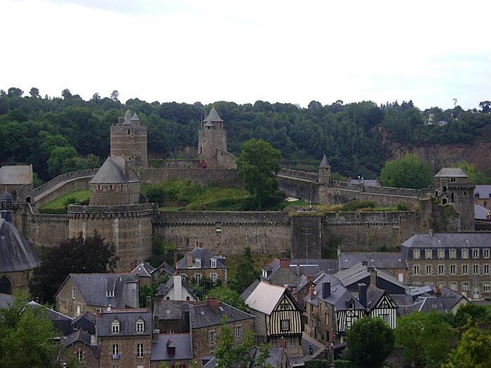 Фужер (Fougeres) — старинный город-крепость с 13 башнями в Бретани 43082