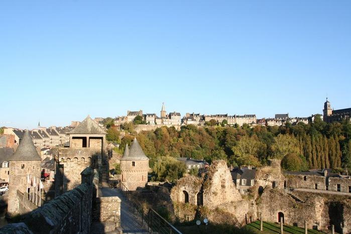 Фужер (Fougeres) — старинный город-крепость с 13 башнями в Бретани 19041