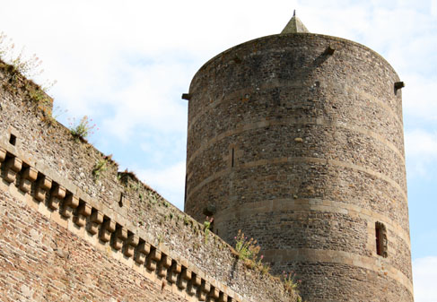 Фужер (Fougeres) — старинный город-крепость с 13 башнями в Бретани 32698