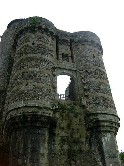 Фужер (Fougeres) — старинный город-крепость с 13 башнями в Бретани 38399