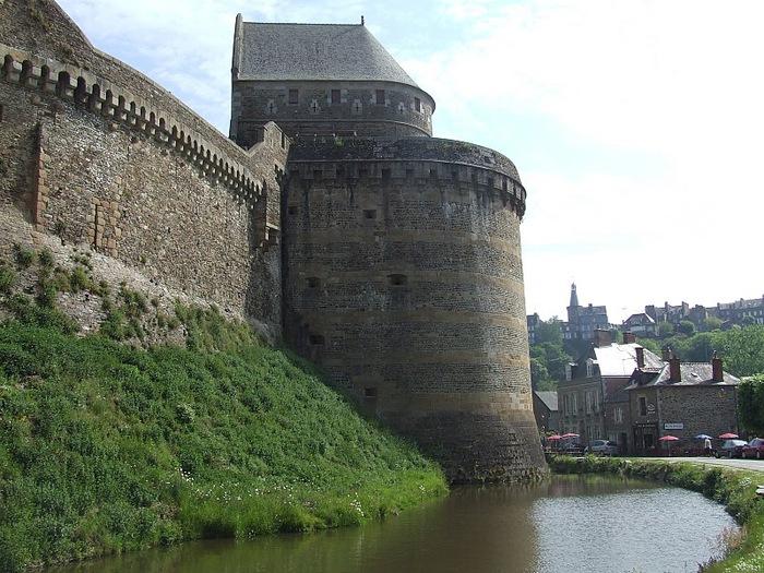Фужер (Fougeres) — старинный город-крепость с 13 башнями в Бретани 18098