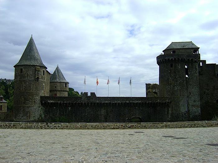 Фужер (Fougeres) — старинный город-крепость с 13 башнями в Бретани 91101