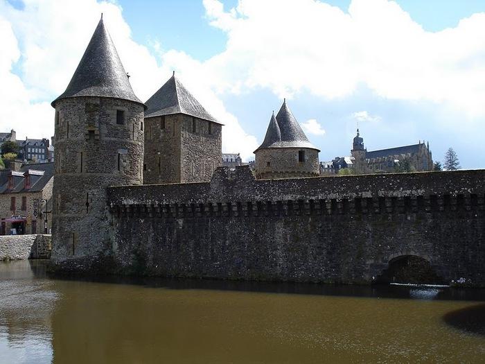 Фужер (Fougeres) — старинный город-крепость с 13 башнями в Бретани 53176