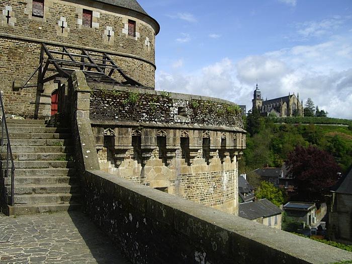Фужер (Fougeres) — старинный город-крепость с 13 башнями в Бретани 90587