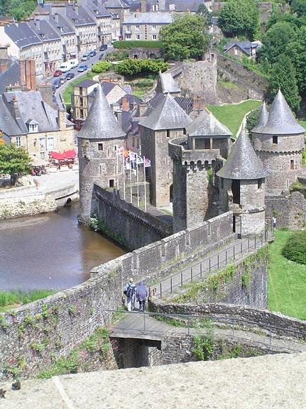 Фужер (Fougeres) — старинный город-крепость с 13 башнями в Бретани 10501
