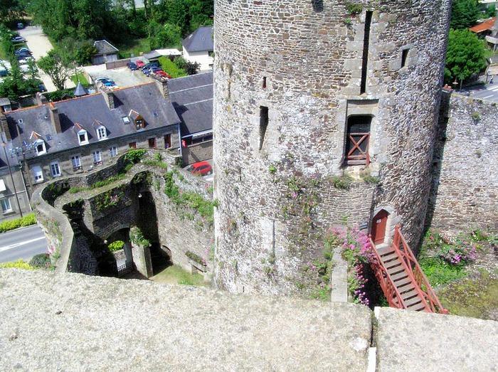 Фужер (Fougeres) — старинный город-крепость с 13 башнями в Бретани 42180