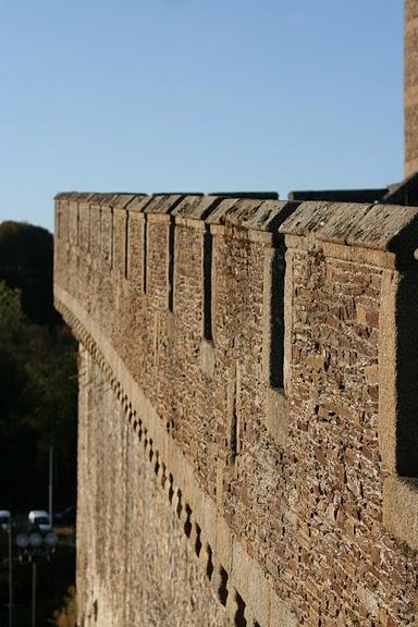 Фужер (Fougeres) — старинный город-крепость с 13 башнями в Бретани 29124