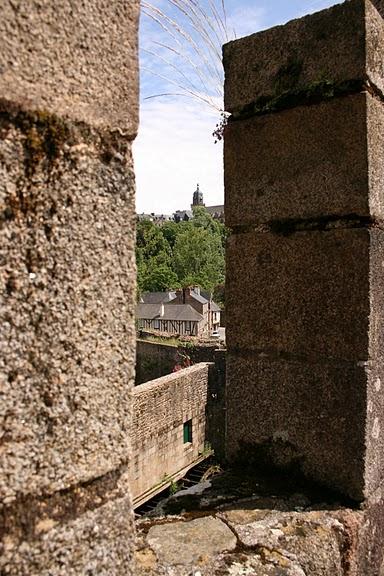 Фужер (Fougeres) — старинный город-крепость с 13 башнями в Бретани 17701