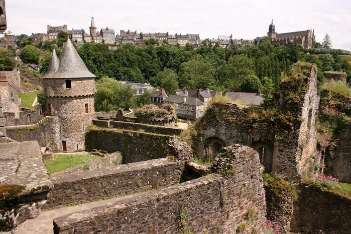 Фужер (Fougeres) — старинный город-крепость с 13 башнями в Бретани 83649