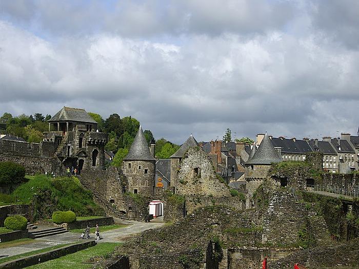 Фужер (Fougeres) — старинный город-крепость с 13 башнями в Бретани 83737