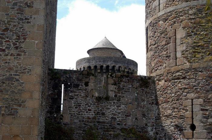 Фужер (Fougeres) — старинный город-крепость с 13 башнями в Бретани 21466