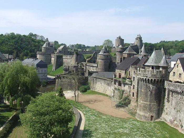 Фужер (Fougeres) — старинный город-крепость с 13 башнями в Бретани 57133