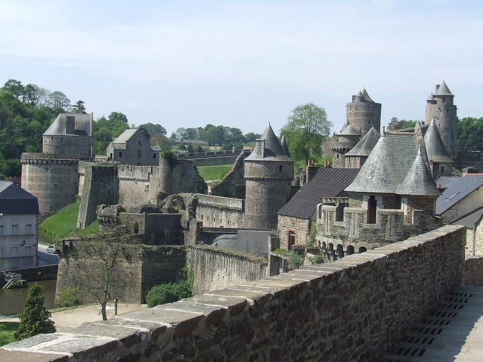 Фужер (Fougeres) — старинный город-крепость с 13 башнями в Бретани 39446