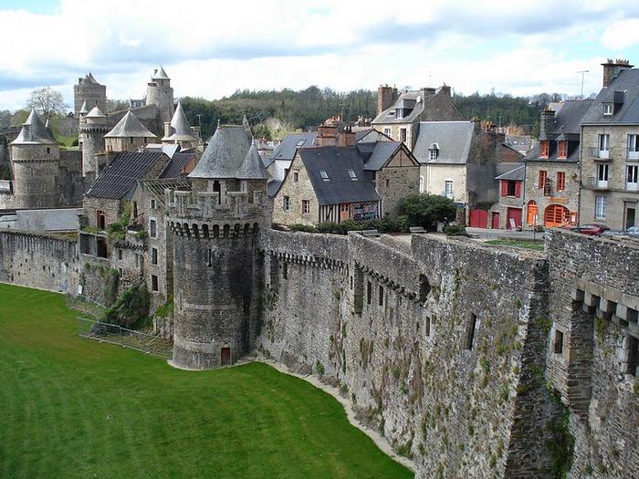 Фужер (Fougeres) — старинный город-крепость с 13 башнями в Бретани 93521